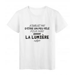 T-Shirt imprimé citation humour etre un peu fêlé pour faire passer la lumiere